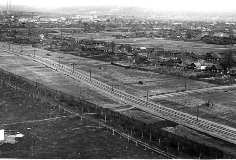 1 апреля 1933 года открыта линия трамвая (изначально двухпутная) от улицы Октябрьской Революции по Автозаводскому шоссе