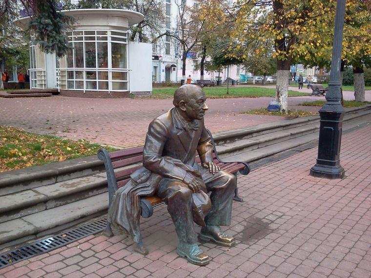 Е. А. Евстигнеев родился 9 октября 1926 года в Нижнем Новгороде.