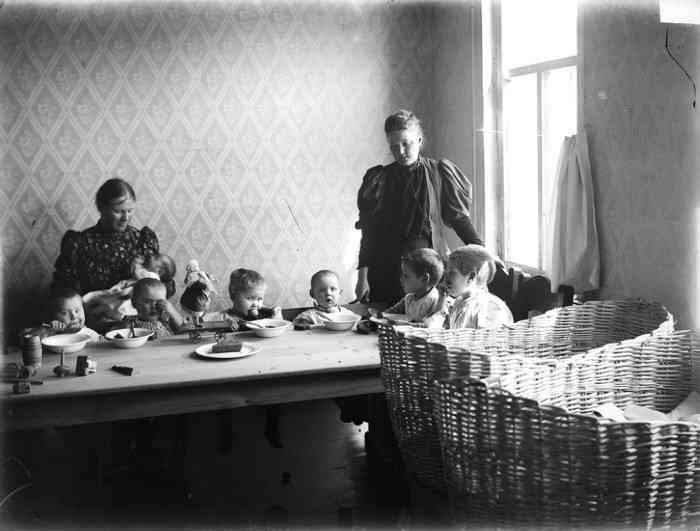 Детские ясли во время обеда. Фото М.Дмитриева, 1890-е.