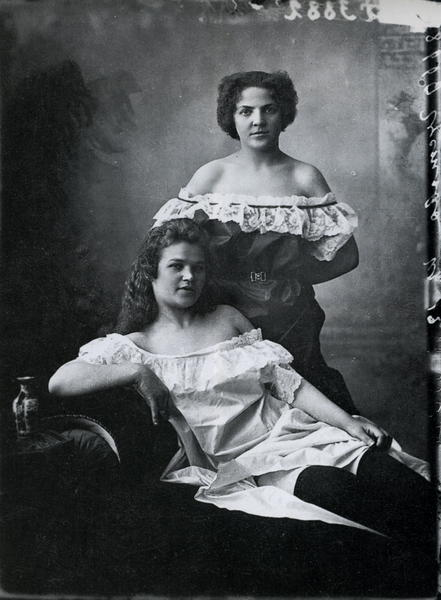 Ярмарочные шансонетки сестры Густовы. Фото М.Дмитриева, 1896.