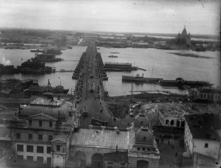 Из Астрахани. Вид на строящийся Канавинский мост и на старый плашкоутный мост через Оку Нижний Новгород 1930-1932